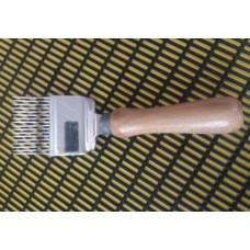 Вилка для распечатки сот профилированная, деревянная ручка арт. 4022